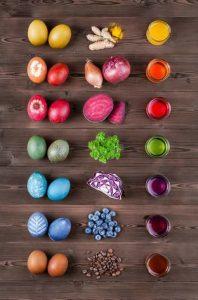 Ouă vopsite în mod natural